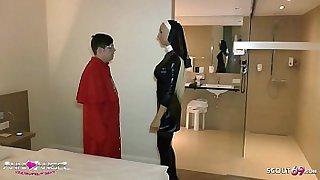 Alter Sack bucht sich junge schlanke Teen Hure für Fetisch Sex in geilem Latex Outfit